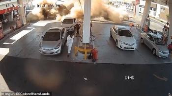 Video: Trạm xăng Saudi Arabia bất ngờ phát nổ như bom khi xe bồn đang tiếp nhiên liệu, nhiều người chạy tán loạn