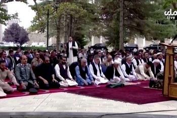 Rocket rơi dồn dập gần Phủ Tổng thống Afghanistan, quan chức vẫn bình tĩnh cầu nguyện