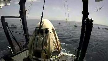 Video: Tàu SpaceX chở phi hành gia hạ cánh thành công trên biển