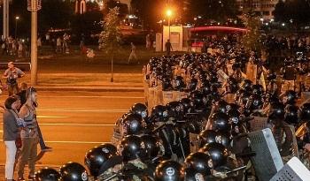 Cảnh sát Belarus lao xe như bay vào đám đông biểu tình trong bạo loạn hậu bầu cử Tổng thống