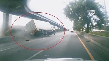 Video: Tài xế ngủ gật, xe tải đâm vào dải phân cách lật nghiêng trên cao tốc như phim
