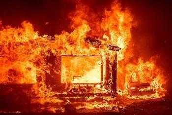Trực thăng cứu hỏa của Mỹ gặp nạn trong biển lửa ở California