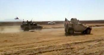 Xe bọc thép Nga đuổi, đâm nhau với xe bọc thép Mỹ dưới sự yểm trợ của ít nhất 2 trực thăng