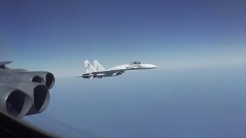 Lầu Năm Góc bất ngờ tung video tiêm kích Nga bay sát mũi B-52 Mỹ