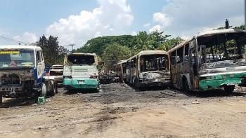 Thợ hàn bất cẩn để tia lửa gây cháy thiêu rụi 12 ôtô