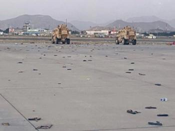 Bức ảnh sân bay Kabul vương vãi dép sau khi người dân bám vào máy bay sơ tán gây ám ảnh