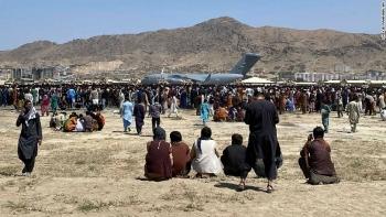 """500 tấn hàng viện trợ cho Afghanistan """"chôn chân"""" vì tình hình hỗn loạn ở sân bay Kabul"""