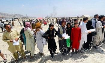 Hoa Kỳ vừa không kích trả đũa khủng bố, Taliban lập tức cho phép dân được tự do di tản