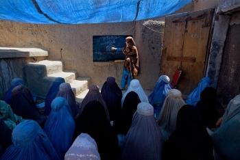 """Taliban ban hành lệnh cấm """"nam nữ đồng giáo"""""""