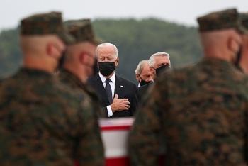 Tổng thống Joe Biden đau đớn đón thi thể binh sĩ Hoa Kỳ trở về từ Afghanistan