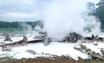 Trinh sát cơ Hawkeye của Mỹ cháy rụi khi lao xuống ruộng