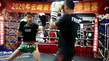 """Định """"rửa nhục"""" cho sư phụ, không ngờ đệ tử Thái cực quyền lại thua thảm trước võ sĩ kickboxing"""