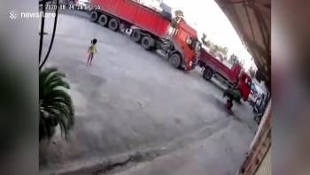 Video: Bị xe đầu kéo đâm ngã và cuốn vào gầm, cậu bé thoát chết thần kỳ