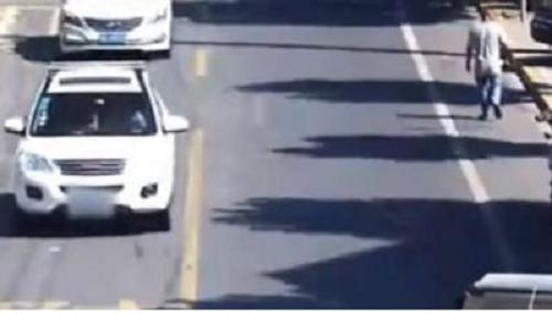 Video: Ô tô bất ngờ phát nổ khi đang di chuyển, tài xế nhanh chân mở cửa tháo chạy