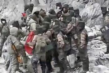 """Video binh sĩ Trung - Ấn đụng độ """"giáp lá cà"""", đánh nhau bằng nấm đấm và gậy gộc"""