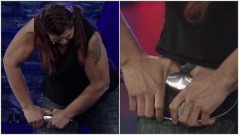 Video: Người phụ nữ tay không bẻ cong chảo kim loại với tốc độ kỷ lục
