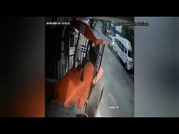 Camera giao thông: Mất lái khi xuống dốc, xe lu loạng choạng đâm thẳng vào nhà dân