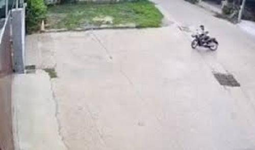 Camera giao thông: Tài xế bất ngờ gặp họa trên đường khi dây xích xe máy đứt đột ngột
