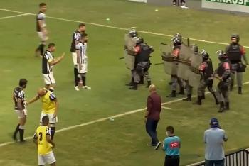 Video: Hành hung cảnh sát, cầu thủ Brazil bị xịt hơi cay vào mặt