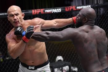 Video: Võ sĩ UFC ra đòn như 'vũ bão' khiến đối thủ lãnh 22 cú đấm và gục trong vài giây