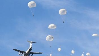 Video: Mãn nhãn với màn đổ bộ ở độ cao 3.000m của lính dù Nga