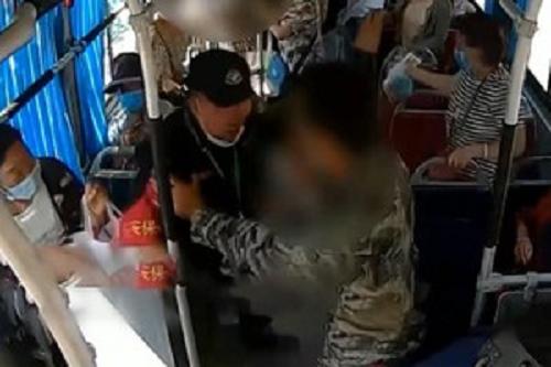 Video: Kinh hoàng cảnh người đàn ông tấn công bằng dao trên xe buýt ở Trung Quốc
