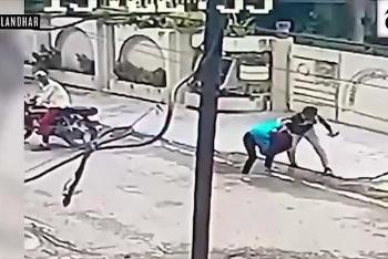 Video: Bị giật điện thoại, cô gái chạy bộ đuổi theo hai tên cướp đi xe máy và cái kết bất ngờ