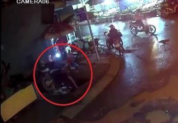 Camera giao thông: Chạy xe lên vỉa hè, nam công nhân bất ngờ lọt xuống hố sâu hơn 3m