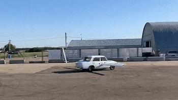Camera giao thông: Ôtô bay chạy thử nghiệm đâm vào nhà kho móp cả đầu