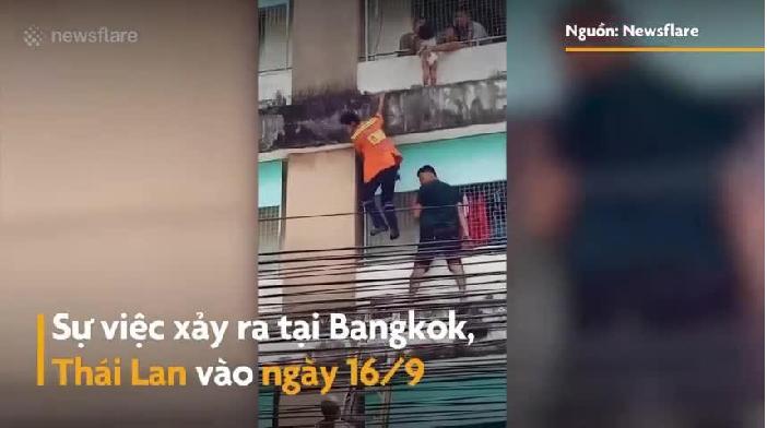Video: Nghẹt thở màn giải cứu bé 2 tuổi leo ra ban công tầng 4