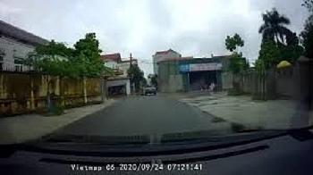 Camera giao thông: Không làm chủ tốc độ, lái xe máy đâm ngang thân ô tô rồi gục tại chỗ