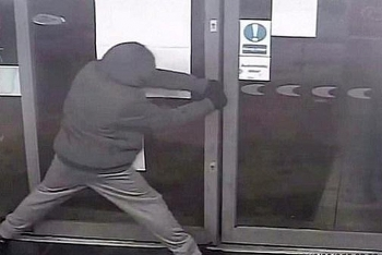 Video: Trộm xong không thể rời đi do cửa ra vào bị kẹt