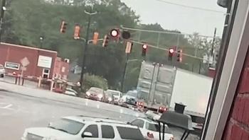 Camera giao thông: Xe tải cố tình băng qua đường ray, bị tàu hỏa lao tới tông nát