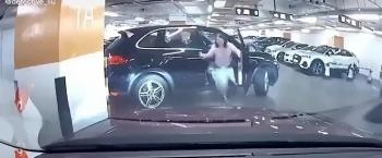 Camera giao thông: Hồn nhiên rời khỏi ghế lái khi chưa về số, người phụ nữ phá tan chiếc SUV Porsche