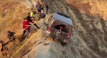 Camera giao thông: Thót tim màn giải cứu chiếc xe Jeep gặp nạn