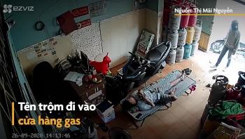 """Video: Đánh giấc say sưa, người đàn ông bị trộm vào tận cửa hàng """"cuỗm"""" điện thoại"""