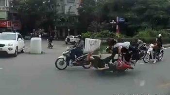 """Camera giao thông: Đi ngược chiều chờ sang đường, cô gái bất ngờ bị 2 thanh niên """"hạ đo ván"""""""