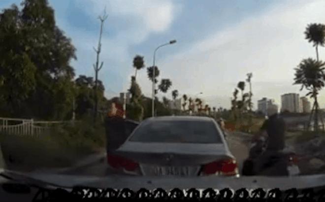 """Camera giao thông: Hùng hổ xuống đường định """"dằn  mặt"""" thanh niên, tài xế quên mất xe đang """"tự trôi"""""""