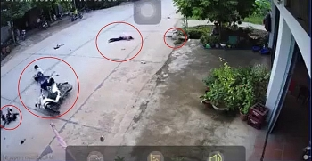 Camera giao thông: 2 nam sinh phóng xe tốc độ kinh hoàng tông văng 2 bé sang đường