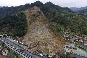 Video: Kinh hoàng khoảnh khắc sườn núi lở đổ ập xuống cao tốc