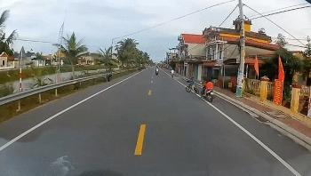 Camera giao thông: Tránh cậu bé sang đường không quan sát, tài xế buộc phải đánh lái sang làn ngược chiều