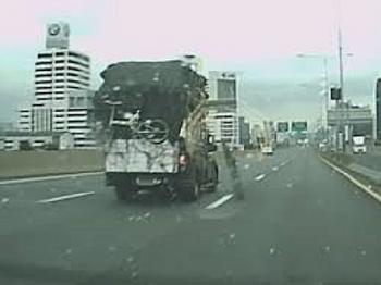 Camera giao thông: Xe tải đột ngột nổ lốp toé lửa rồi lật nghiêng giữa đường