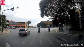Camera giao thông: Phát hiện vượt đèn đỏ, tài xế lái ôtô lùi một đoạn đường