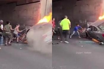 Camera giao thông: Ô tô cháy dữ dội dưới gầm cầu, dân dùng máy cắt hì hục giải cứu 2 người trong xe