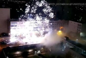 Video: Đồn cảnh sát tại Paris bị tấn công pháo hoa và gậy sắt