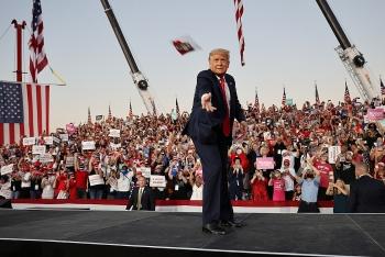 Video: Tổng thống Trump ngẫu hứng tung khẩu trang về phía hàng ngàn người ủng hộ