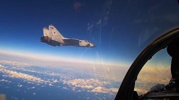 Video: Chiến đấu cơ MiG-31 tác chiến ở độ cao 20.000m, tự săn tìm mục tiêu