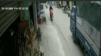 Camera giao thông: Ôm cua tốc độ kinh hoàng, nam thanh niên phi thẳng  vào đầu xe tải