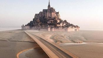 Video: Kỳ lạ lâu đài cổ biến thành ốc đảo giữa muôn trùng khơi khi thủy triều dâng