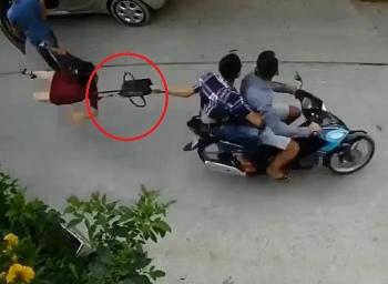 Video: Đang bước lên ô tô, người phụ nữ bất ngờ bị giật túi xách, ngã đập mặt xuống đường